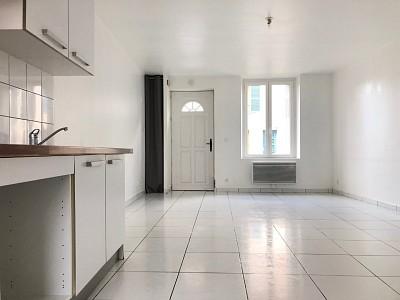 Maison de ville A LOUER - VILLENEUVE LE COMTE CENTRE VILLE - 61,8 m2 - 849 € charges comprises par mois
